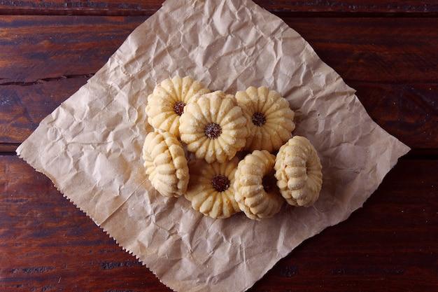 Hausgemachte österreichische linzer kekse sind zwei shortbread-kekse, die zu weihnachten von einem sehr verbreiteten gelee begleitet werden