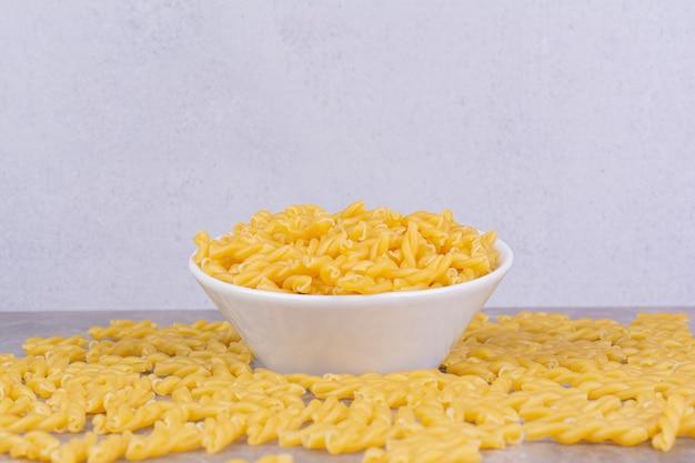 Hausgemachte pasta in einer weißen keramikschale