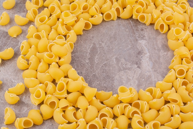Hausgemachte pasta isoliert auf dem grauen marmorraum.