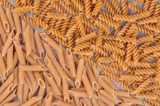 Hausgemachte pasta isoliert auf marmorraum.