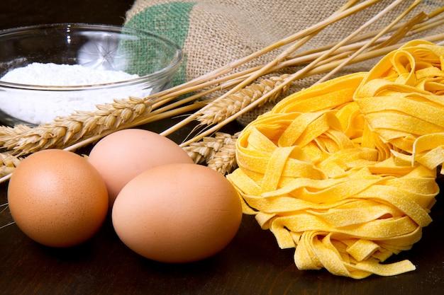 Hausgemachte pasta mit frischen zutaten