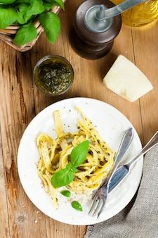 Hausgemachte pasta mit pesto und basilikum