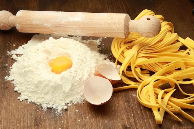 Hausgemachte pasta mit zutaten