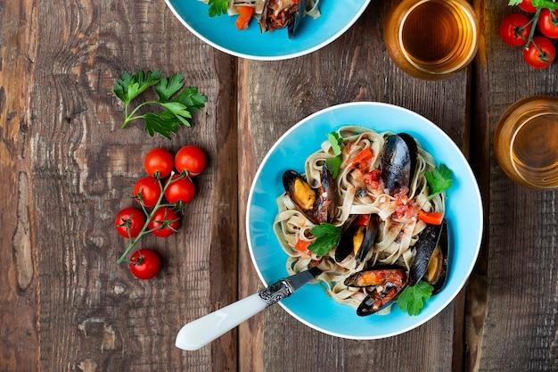 Hausgemachte pasta tagliatelle mit muscheln in tomatensauce