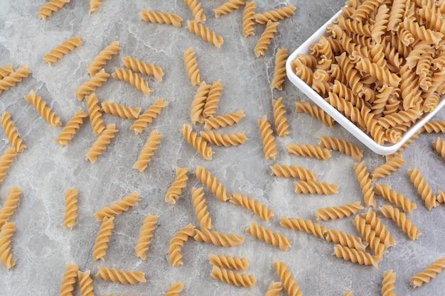Hausgemachte penne pasta in einer weißen keramikplatte