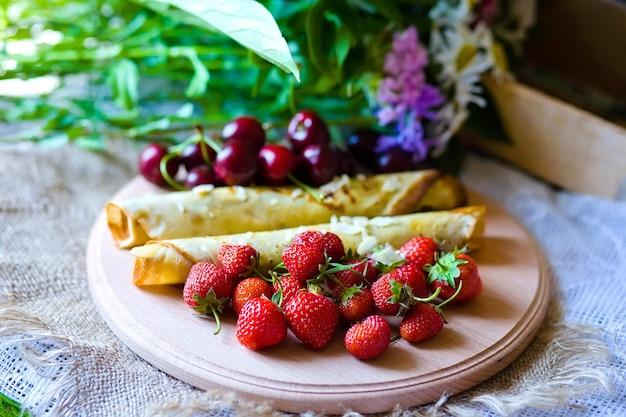 Hausgemachte pfannkuchen mit beeren und früchten
