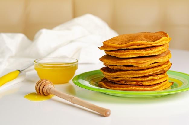 Hausgemachte pfannkuchen mit vollkornmehl und honig