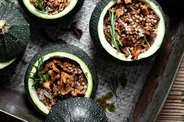 Hausgemachte pfifferlinge gefüllte runde zucchini flach legen