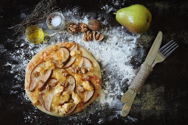 Hausgemachte pizza mit birnenkäse und walnüssen