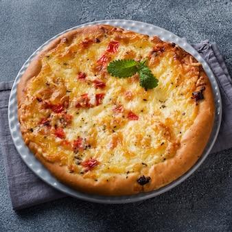 Hausgemachte pizza mit käse und tomatensauce