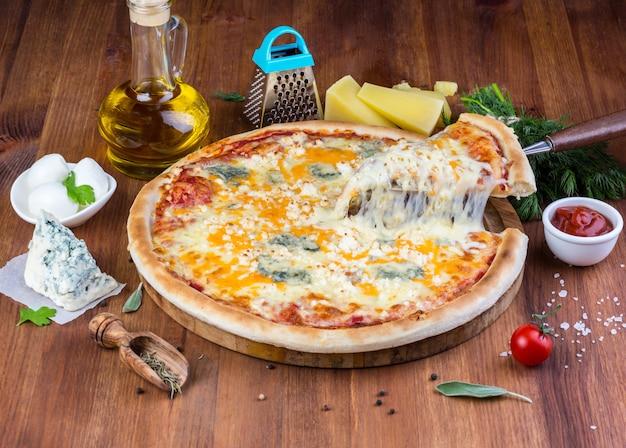 Hausgemachte pizza mit vier käsesorten