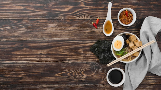 Hausgemachte ramen-suppe mit der hälfte des eies flach legen