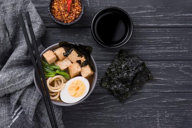 Hausgemachte ramen-suppe mit der hälfte des eies