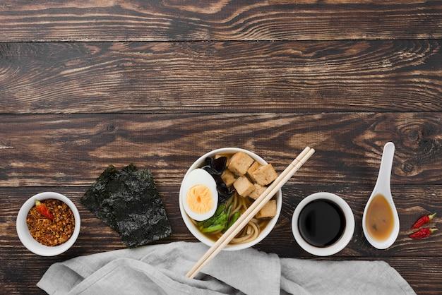 Hausgemachte ramen-suppe mit der hälfte von ei und gewürzen