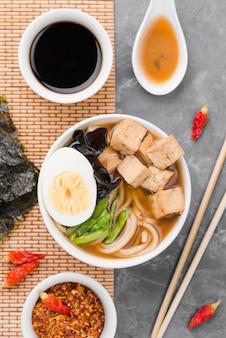 Hausgemachte ramen-suppe mit der hälfte von ei und sojasauce