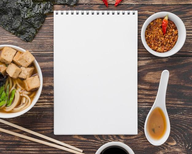 Hausgemachte ramen-suppe und notizblock