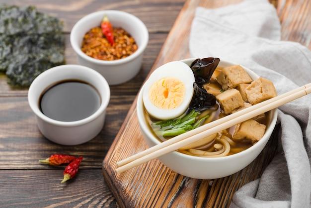 Hausgemachte ramen-suppe und sojasauce mit jalapenos