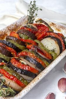 Hausgemachte ratatouille. traditioneller französischer eintopf aus sommergemüse