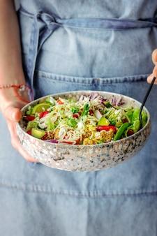 Hausgemachte rezeptidee für hühnchen-gemüse-salat