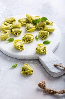 Hausgemachte rohe italienische tortelloni