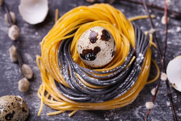 Hausgemachte rohstoffe aus zweifarbiger pasta