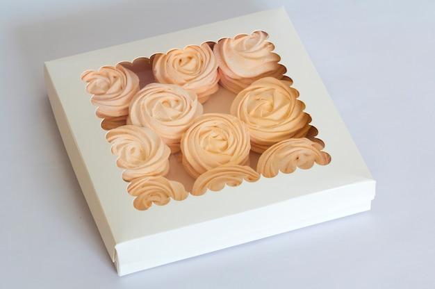 Hausgemachte rosa marshmallows in der schachtel, feijoa - eine ideale säuerliche, hausgemachte delikatesse