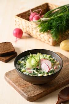 Hausgemachte russische kalte okroshka-suppe mit kefir