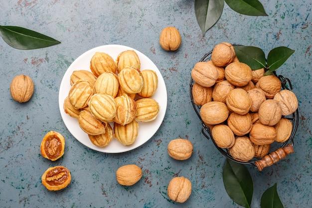 Hausgemachte russische kekse mit gekochter kondensmilch und walnüssen.