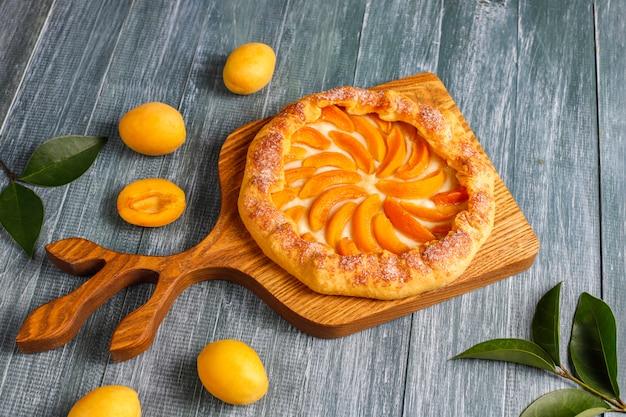 Hausgemachte rustikale aprikosen-galettes mit frischen bio-aprikosenfrüchten