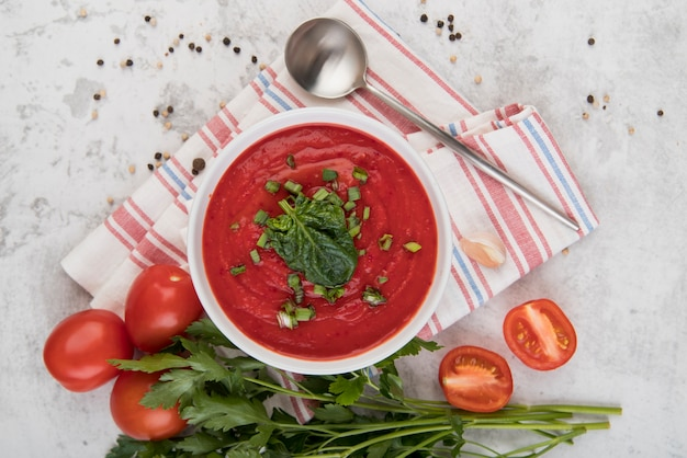 Hausgemachte sahnesuppe mit tomatenhälften