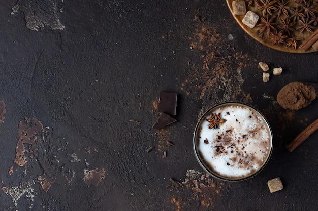 Hausgemachte scharfe heiße schokolade mit anisstern, zimtstangen und bitterschokolade