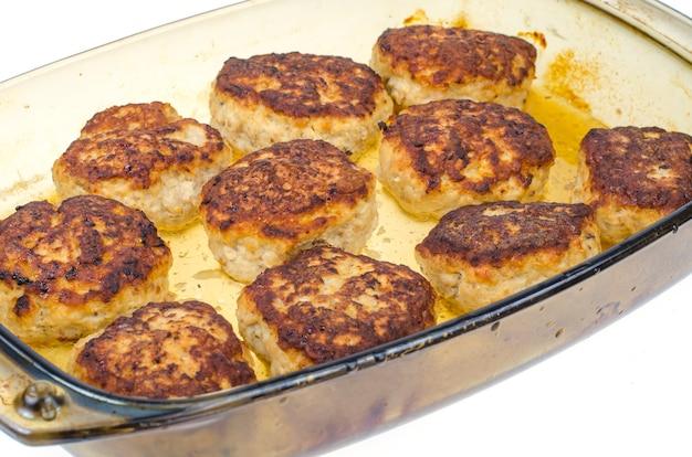 Hausgemachte schnitzel aus hackfleisch.