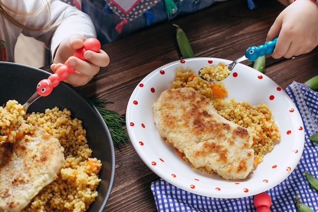 Hausgemachte schnitzel aus hühnerbrust, gemüse und frischer petersilie.
