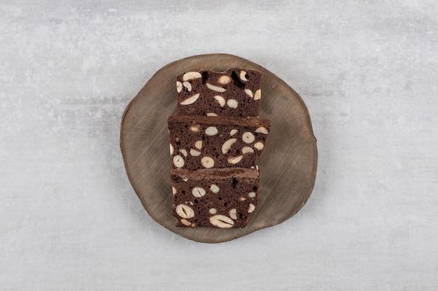 Hausgemachte schokoladen-brownies auf einem brett, auf dem marmortisch.