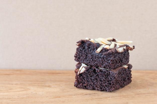 Hausgemachte schokoladen brownies mit mandel an der spitze