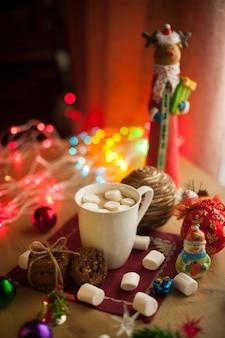 Hausgemachte schokoladenkekse mit tasse kakao und marshmallow weihnachtsheißgetränk mit leckeren keksen