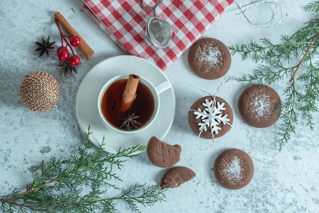 Hausgemachte schokoladenkekse mit zimttee.