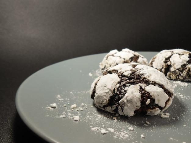 Hausgemachte schokoladenkekse. schokoladen-brownie-kekse in puderzucker