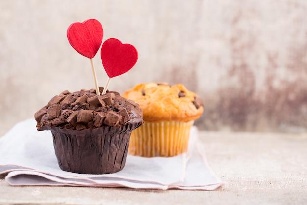 Hausgemachte schokoladenmuffins mit herz