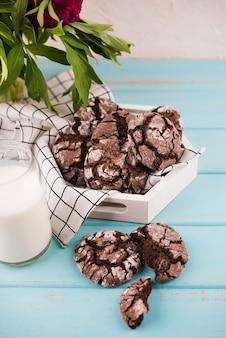 Hausgemachte schokoladenplätzchen auf dem tisch