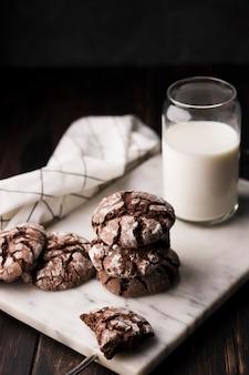 Hausgemachte schokoladenplätzchen mit milch