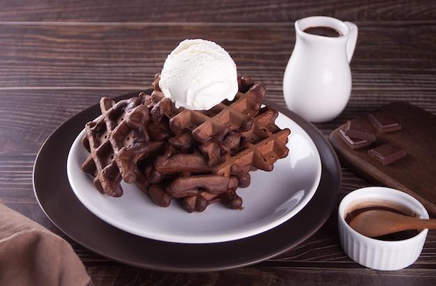Hausgemachte schokoladenwaffeln mit eisverziertem schokoladensirup