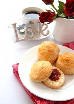 Hausgemachte scones mit erdbeermarmelade und einer tasse tee