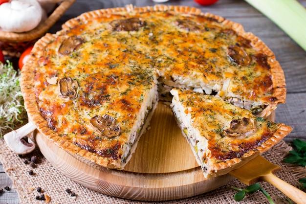 Hausgemachte snackpastete mit huhn und käse