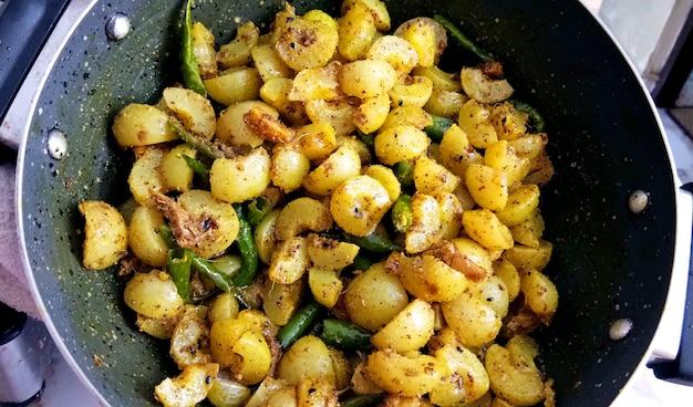Hausgemachte stachelbeere oder amla pickle/ oder aavle ka achar in einer schüssel oder barni über stimmungsvollem hintergrund. selektiver fokus