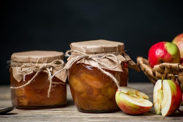 Hausgemachte süße apfelbutter in gläsern