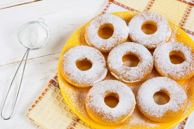 Hausgemachte süße donuts mit puderzucker