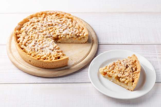 Hausgemachte süße gebackene torte mit marmelade und stück shortbread-kuchen in der nähe auf teller