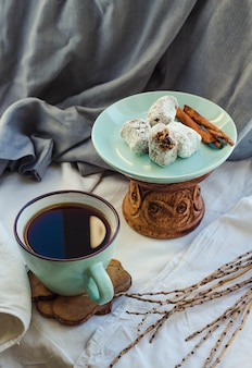 Hausgemachte süßigkeiten, karamell mit kokosnuss und schokolade.