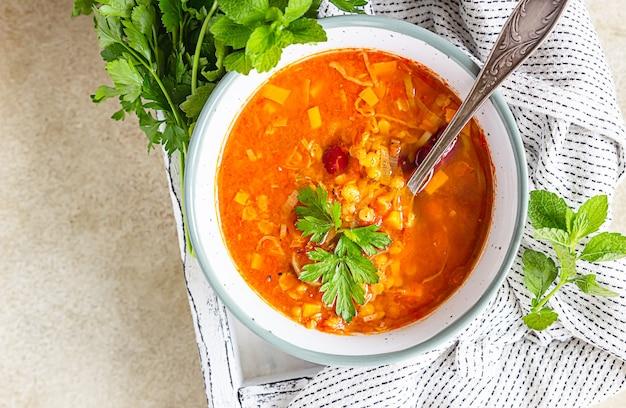 Hausgemachte suppe mit dicken linsen und roten bohnen mit gemüse. fit und gesund, vegetarisch und vegan essen.